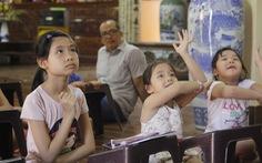 Cô gái giảng dạy tiếng Anh miễn phí ở chùa