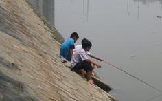 Học sinh ra bờ kè câu cá, nguy hiểm quá!