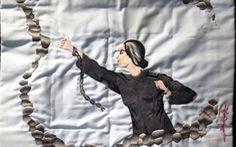 Nữ chiến sĩ ngồi tù thêu thơ lên áo gối
