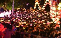 Biển người chen chân thả hoa đăng trên kênh Nhiêu Lộc trong đêm Phật đản