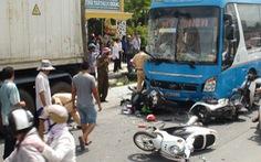 Xe khách tông container rồi cán hàng loạt xe máy, 5 người nhập viện