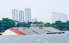 Sà lan lật trên sông Sài Gòn trong mưa