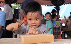 Trẻ thỏa sức sáng tạo với cưa, búa, đinh
