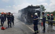 Xe giường nằm cháy rụi trên cao tốc TP.HCM - Trung Lương