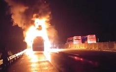 Xe khách lại bốc cháy trên cao tốc TP.HCM - Trung Lương