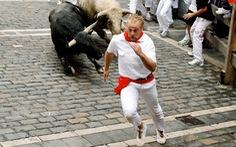 Người đàn ông bị bò húc tại lễ hội đấu bò ở Tây Ban Nha