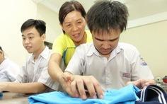 Cô dẫn trò khuyết tật vô siêu thị, nhà bếp... dạy kỹ năng sống