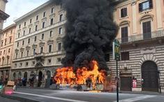Xe buýt liên tục bốc cháy bí ẩn giữa Roma