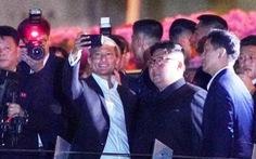 Ông Kim Jong Un cùng dạo phố, 'selfie' với ngoại trưởng Singapore