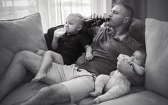 Bộ ảnh hài: Khi những ông bố chăm con