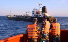 Phạt tàu Singapore chiết dầu cho tàu không số chở người Trung Quốc