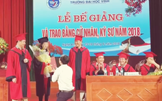 Phó bí thư Đoàn Trường ĐH Vinh quỳ gối cầu hôn nữ sinh tại lễ tốt nghiệp