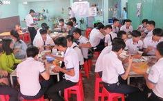 Bữa cơm trưa nặng tình thầy trò