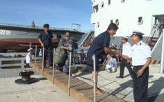 Tàu hải quân đưa 31 ngư dân gặp nạn ở Trường Sa về bờ an toàn
