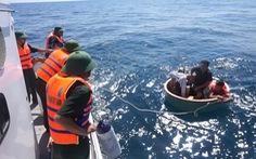 Cứu 4 ngư dân lênh đênh trên biển sau khi tàu chìm