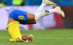 Neymar ghi bàn vào lưới Costa Rica là nhờ… mang tất rách?