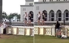 Dân Malaysia giận dữ vì du khách nhảy uốn éo trước nhà thờ Hồi giáo