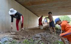 Người lớn, trẻ em mở đường gầm cầu tự cứu mình