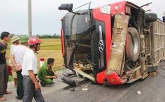 Lật xe giường nằm, 2 người rơi ra ngoài bị xe đè chết