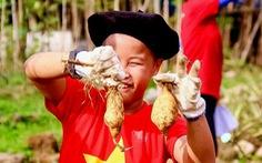 Trẻ trồng rau, cuốc đất trong kỳ nghỉ hè