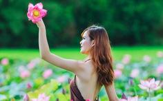 Thiếu nữ Huế diện yếm nâu lưng trần tạo dáng cùng sen mùa hạ