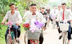Chú rể gây sốt với màn rước dâu bằng xe đạp