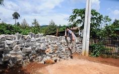 Bị xây tường chắn lối đi vì không đóng tiền làm đường