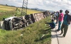 Xe khách lao xuống ruộng, hơn 10 người bị thương