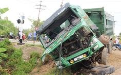 Tàu hỏa húc văng xe tải chết máy trên đường ngang