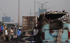 Xe khách và xe container bốc cháy sau va chạm, một người chết