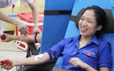 Gần 2.000 bạn trẻ xứ Nghệ đội mưa đi hiến máu