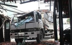 Xe tải tông sập nhà hàng ở Tiền Giang