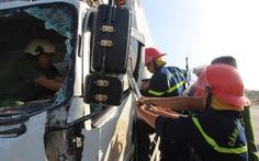 Xe tải tông rào chắn công trình, tài xế tử vong