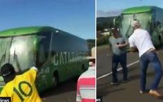Clip tuyển Brazil nghi được 'chào đón' bằng... trứng thối, lan truyền mạnh