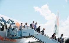 Khách 'táy máy' cửa thoát hiểm, máy bay Jetstar khởi hành chậm 40 phút