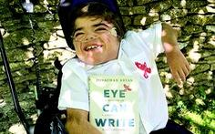 Cậu bé viết sách bằng... mắt