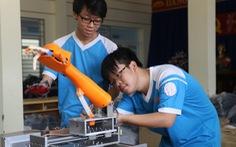 Hai nam sinh chế cánh tay robot phẫu thuật từ xa