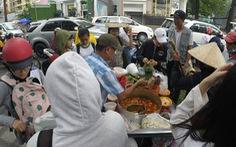 Bán thức ăn không đeo găng tay: phạt đến 1 triệu đồng