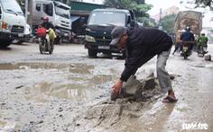 Dân vác đá sửa đường 'nát như tương' ở Vinh
