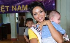 Hoa hậu H'Hen Niê giản dị trong chuyến đi từ thiện đầu tiên