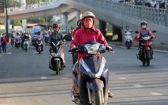 Sài Gòn se lạnh, người dân xúng xính áo ấm ra đường