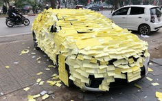 Nguyễn Trần Trung Quân bị fan dán giấy kín xe hơi