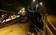 Sập cầu Long Kiểng, xe ben và nhiều xe máy rớt xuống sông