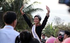 Hoa hậu H'Hen Niê đi xe máy cày về buôn làng
