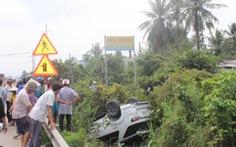 Ô tô lật ngửa xuống kênh, 4 người  thoát chết