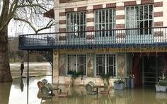Sông Seine nhấn chìm Paris, 1.500 người di tản