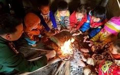 Trời rét, học sinh Nghệ An đốt củi sưởi ấm ngay trong lớp