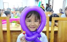Công đoàn báo Tuổi Trẻ trao 124 suất quà tết đến học trò nghèo