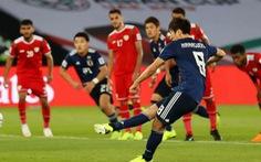 Nhật vào vòng 16 nhờ quả phạt đền gây tranh cãi