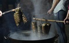 Sài Gòn chiều cuối năm hun hút khói bếp nấu bánh tét cúng giỗ ông bà